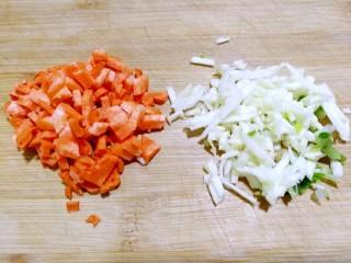 爆炒藕粒青椒肉,蒜头切碎,切少许胡萝卜丁