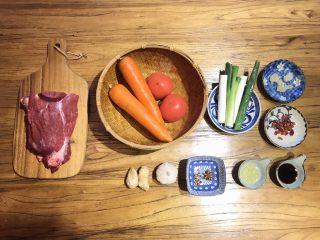 番茄胡萝卜炖牛腩,不要吃太撑哦,准备好所有材料