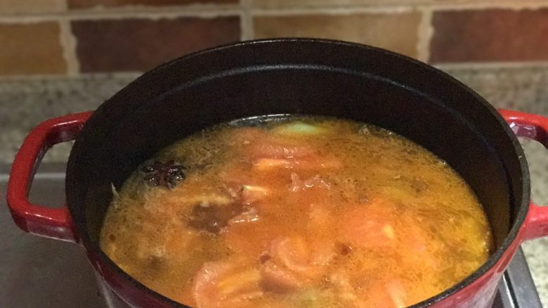 番茄胡萝卜炖牛腩,不要吃太撑哦,将炒好的番茄倒入牛腩锅中