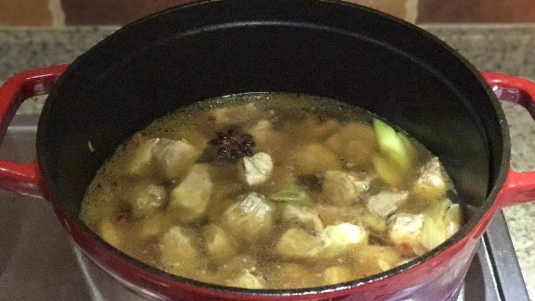番茄胡萝卜炖牛腩,不要吃太撑哦,牛腩肉上色后在锅中加热水,水可以没过肉肉多一点,转小火