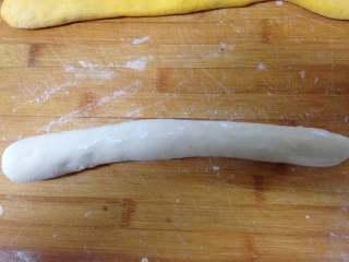 金鱼馒头, 两种面团取出揉匀后搓成长条(切开面团内部没有气泡眼即是揉匀了)
