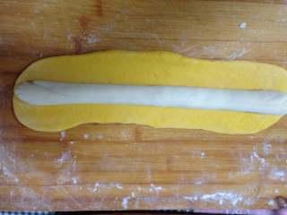 金鱼馒头, 把南瓜面团擀成长方形片,中间放入白色面团