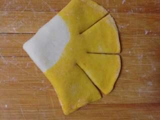 金鱼馒头, 把扇形的尾部稍微擀扁一点, 用刀切成三份