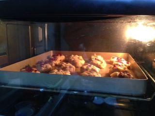 苹果软曲奇,放入烤箱中层,上下火烤25分钟左右即可