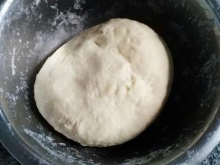 蜜豆炼乳土司,将面粉、牛奶、炼乳、30g蛋液和孝母粉搅拌均匀,揉成光滑的面团