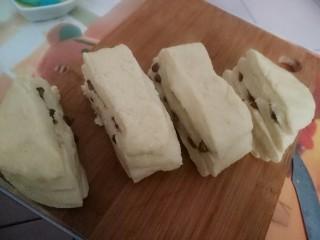 蜜豆炼乳土司,切成4等份