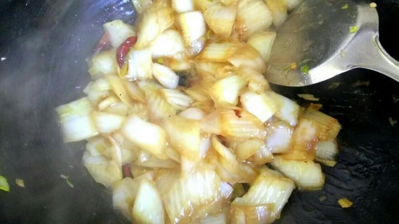 酸辣白菜,白菜变软后,把淀粉汁倒入锅中,大火翻炒均匀关火。喜欢吃味精或香油的,可以加入味精香油调味。