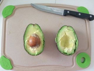 宝宝零食-牛油果小饼干 11M以上,牛油果用刀切两半,用勺子挖出果肉备用。