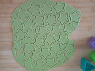 宝宝零食-牛油果小饼干 11M以上,取出面团,擀成5毛钱硬币厚度,用磨具做出好看的形状或者用刀切成长方形,三角形都可以。(我直接用宝宝的玩具😆)