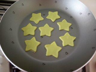 宝宝零食-牛油果小饼干 11M以上,不沾平底锅,放进去小饼干,开小火。一定要小火不然就糊了。