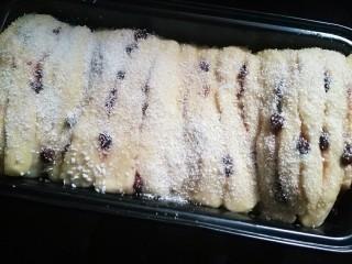 蜜豆炼乳土司,将剩下的蛋液刷在上面 撒上椰蓉 预热烤箱180度烤30分钟