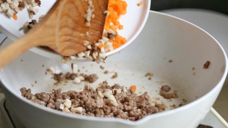 香菇肉酱饭,放入香菇丁和胡萝卜丁翻炒均匀。