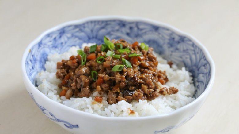 香菇肉酱饭,盛一碗米饭,将香菇肉酱盛于米饭上,撒上葱花,吃的时候拌开即可。