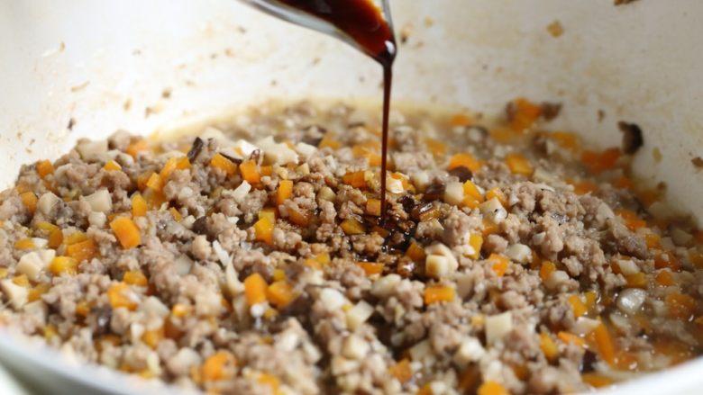 香菇肉酱饭,淋入酱油。