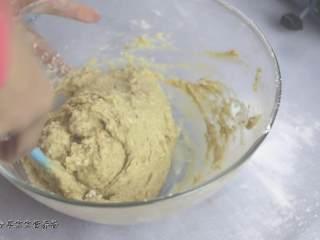 红枣发糕,面粉过筛, 将酵母、牛奶、糖放入面粉中,搅拌成面糊。