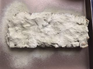 抹茶味雪花酥(内含饼干做法),表面洒上过筛的抹茶粉和奶粉,用手按压一下,反面和侧面也分别洒上