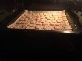 抹茶味雪花酥(内含饼干做法),170度上下火20分钟 注意表面上色情况