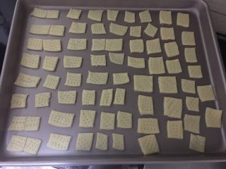 抹茶味雪花酥(内含饼干做法),把面团均匀的摆放在烤盘中
