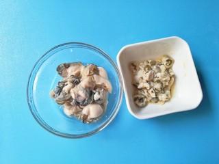 牡蛎香菇粥,剪开牡蛎白色肚腩,将黑色内脏全部去除