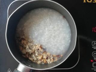 牡蛎香菇粥,再倒入白粥,再次煮开后煮2分钟关火出锅