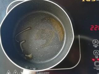 牡蛎香菇粥,起锅倒入黑芝麻核桃油