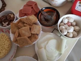 家常部队锅,虾开背去沙线后用姜丝和料酒腌制。香菇切花刀,洋葱切片,大葱切段,方火腿切片。