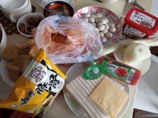 家常部队锅,准备食材,虾,香菇,豆干。泡面,辣白菜,鱼丸,韩式辣酱,洋葱,葱,方火腿。年糕,芝士。浓汤宝。