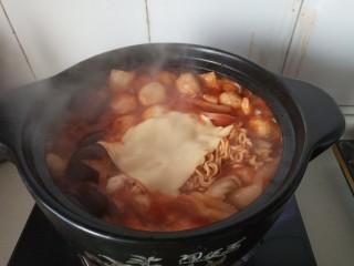 家常部队锅,泡面软了以后放入一片芝士,关火,用余温让芝士融化