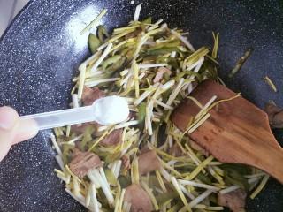 蒜黄尖椒炒肉,翻炒片刻以后,加入一勺盐继续翻炒