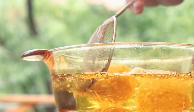 土豆芝士球,将小球放入油锅炸,炸至表面金黄捞出。