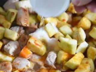茄子做法(又一新篇),别流口水哟~,加入少许清水、糖、白醋,翻炒均匀