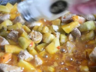 茄子做法(又一新篇),别流口水哟~,炒匀后撒入盐调味,再次翻炒即可出锅