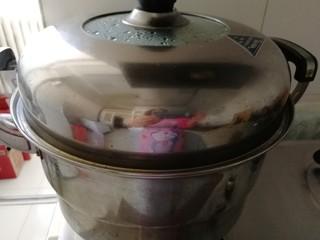 冬天里热腾腾的__豆面馒头,10分钟后开小火,在过5分钟开大火至开锅,开锅后关中火20分钟,馒头就蒸好了。