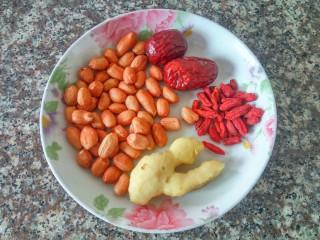 花生鸡脚汤,辅料:红枣、花生、枸杞、姜(去皮)