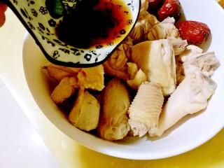 海参土鸡汤 大寒补气血,加入料酒、水、姜片、胡椒粉、红枣