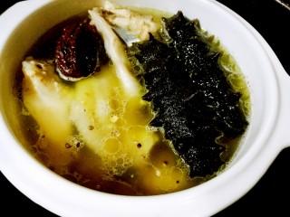 海参土鸡汤 大寒补气血,隔水炖半小时(童童为节省时间,是用高压锅炖10分钟)。加入海参,继续隔水炖20分钟(也可以用高压锅再炖5分钟)
