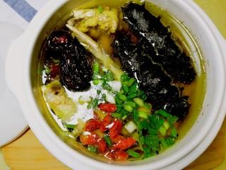 海参土鸡汤 大寒补气血,加入盐、枸杞、葱花。