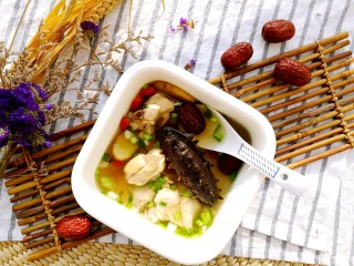 海参土鸡汤 大寒补气血,起锅,装入碗中。