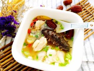 海参土鸡汤 大寒补气血,鸡汤清爽香甜,海参软烂入味,舀一勺热乎乎的鸡汤入口,真是美味不可挡。