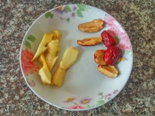 花生鸡脚汤,红枣去核、姜切片、清洗干净