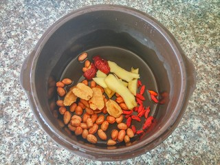 花生鸡脚汤,放入姜、红枣