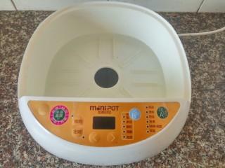 花生鸡脚汤,电炖锅加入适量清水