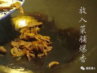 潮汕菜脯焖冬瓜,❥ 然后热锅,在锅中倒入适量的油,放入菜脯爆炒