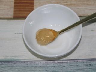 秘制烤鸡脖,准备一勺蜂蜜,我家里的蜂蜜有点结晶了,最好是不结晶的