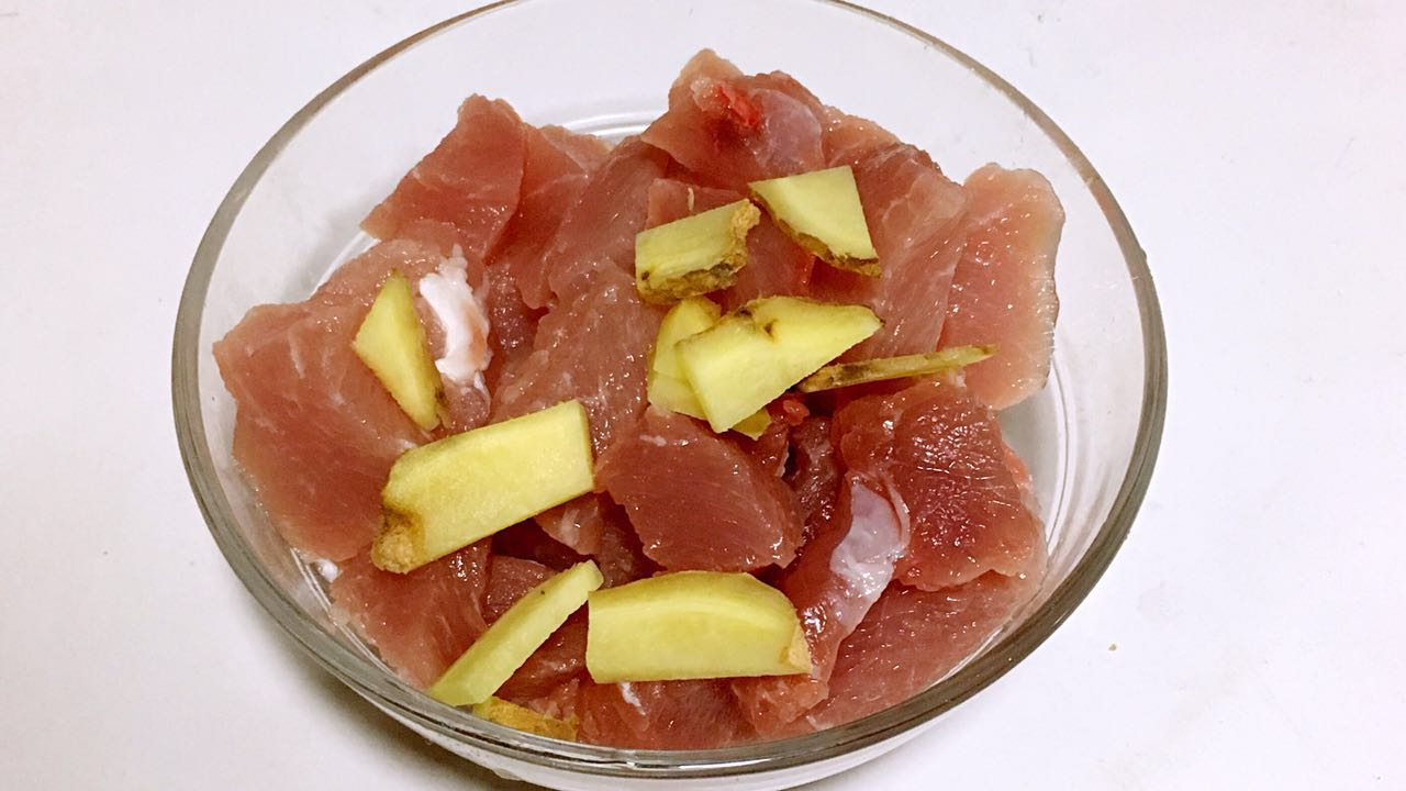 山药猪肉肠,.倒入猪肉里,拌匀,腌制15分钟左右。</p> <p>