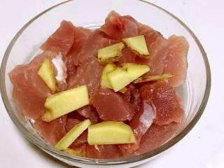 山药猪肉肠,.倒入猪肉里,拌匀,腌制15分钟左右。
