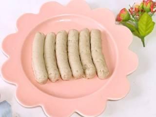山药猪肉肠,出锅,晾凉后就可以给宝宝吃了。吃不完的放入冰箱冷冻保存。