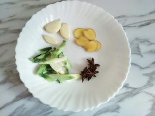 土豆烧排骨,葱姜蒜、八角备好