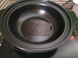 土豆烧排骨,砂锅热锅倒油,我这个是可以直接干烧的砂锅,普通砂锅千万不要这样做哦!