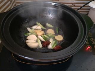 土豆烧排骨,油热后下入葱姜蒜、八角炒香